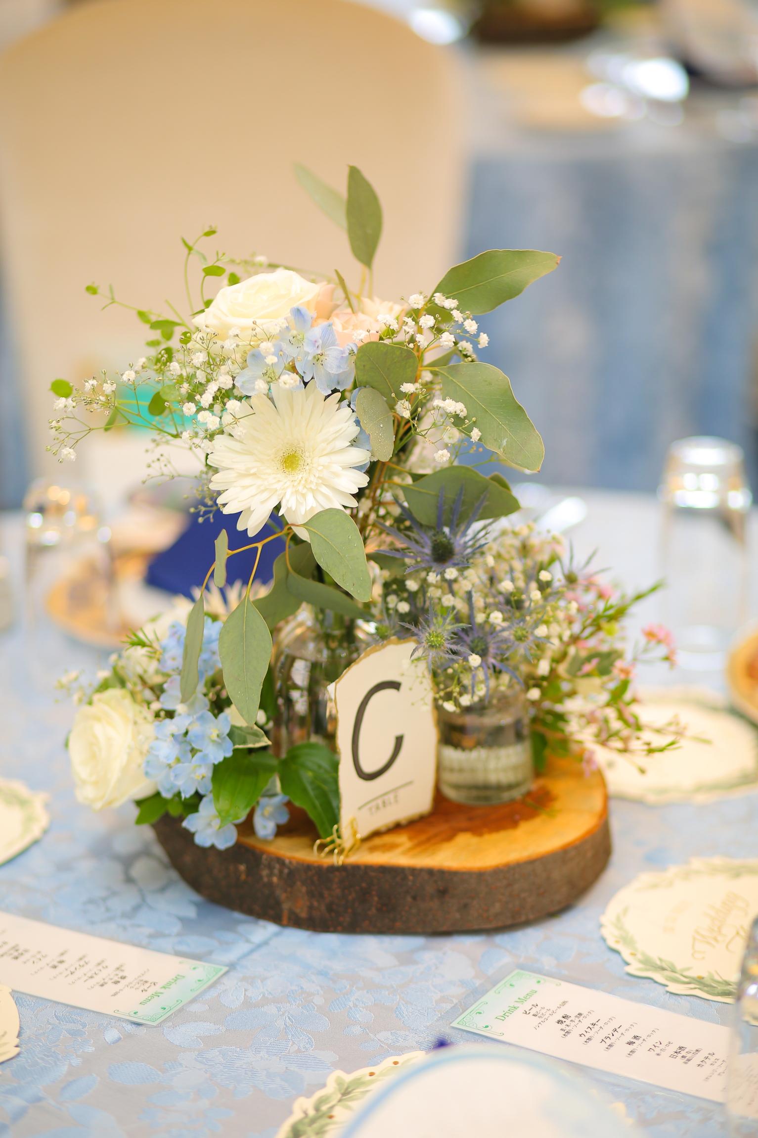 細かなところにもおしゃれなアイテムを足してワンランク上のテーブル装花に♪