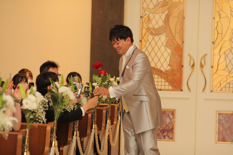 ゲストから1本ずつバラの花を受け取り12本のブーケにしていきます♥