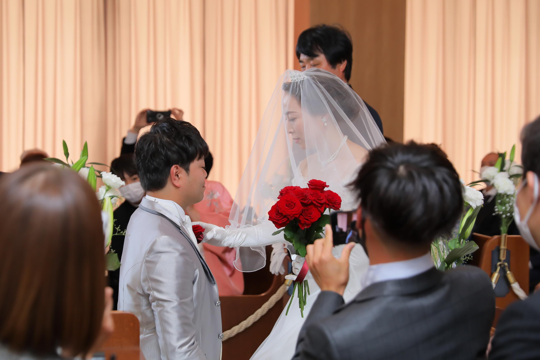 新婦様は新郎様へプロポーズをお受けしたお返事としていただいたバラの花から1本選び新郎様の胸元へ…♡