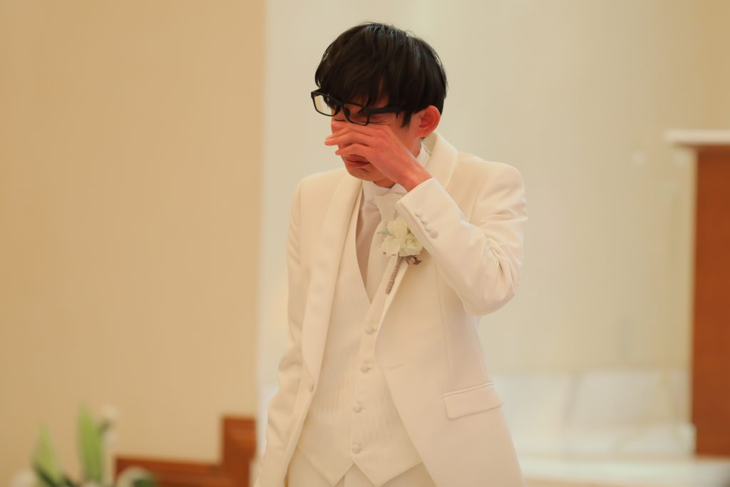 花嫁様の姿を見て涙する新郎様♡