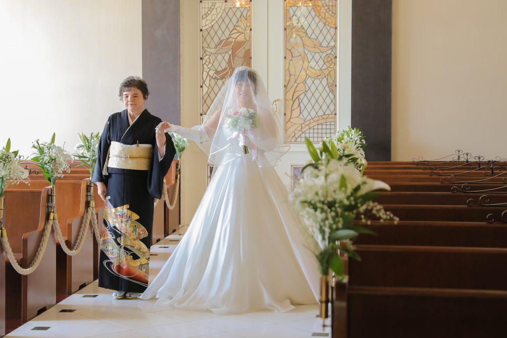 バージンロードは花嫁様の人生の道です♡親御様と歩んできた思い出を振り返りながらゆっくりゆっくりと歩いていきます♡