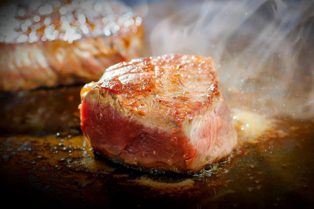牛ステーキ!スペアリブ!肉料理が盛りだくさん!!肉ざんまい